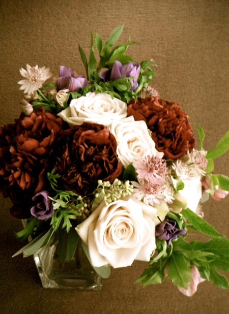 ワインレッドのシャクヤク、クリスマスローズ、ベージュのバラなどを使ったお祝いの花