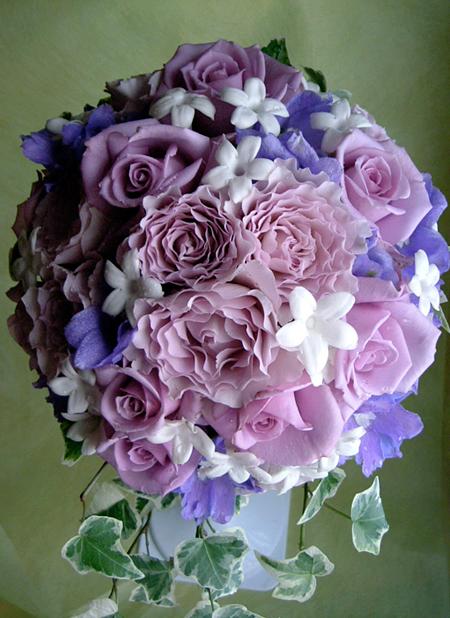 パープルのバラとジャスミンの花を使った動きのあるラウンドブーケ