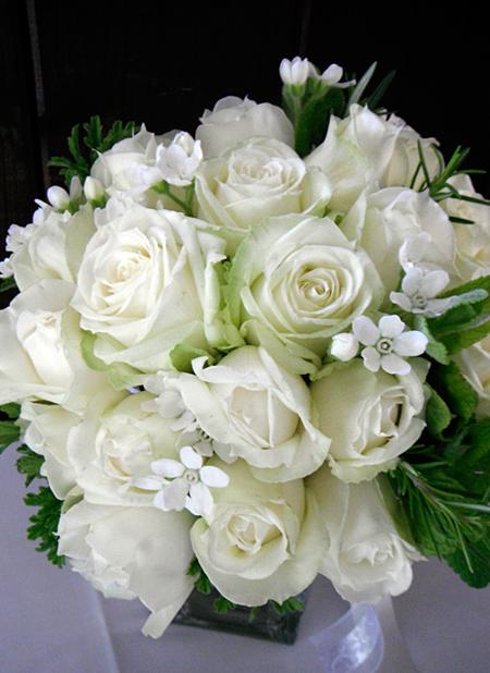 2種類のホワイトのバラを使ったラウンドブーケ