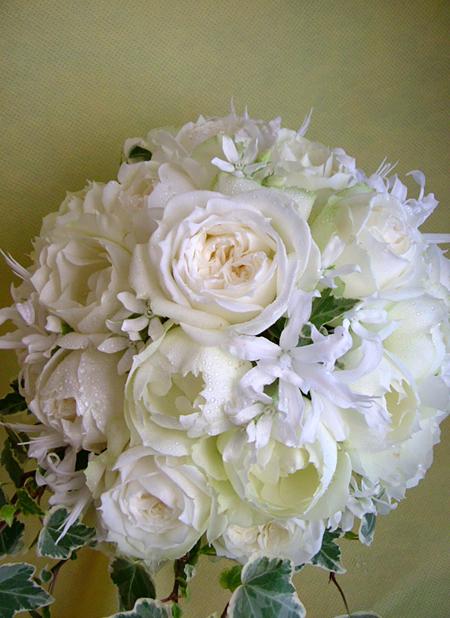ホワイトバラと小花を使った動きのあるラウンドブーケ